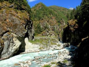 Droga do Namche Bazar.W dole rzeka Dudh Koshi nazywana Mleczną rzeką.Teraz ma kolor niebieski, ale podczas pory monsunowej jest koloru białego.Wygląda jak płynące mleko.W oddali widać wiszący most, od tego momentu zaczyna się ciężka orka pod górkę
