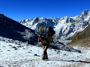 Tragarz w drodze na przełęcz Cho La.Niesie pewnie ok. 35-40 kg bagażu.To naprawdę nadludzie.Podziwiamy ich siłę i wytrzymałość