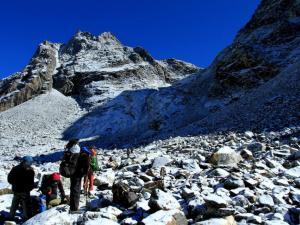 W tym miejscu jęknęłam.Właśnie się dowiedziałam, gdzie jest dokładnie przełęcz Cho La i zobaczyłam tę drogę.Stromo i wielkie głazy.Wspinaczka była dość trudna, ale udało się