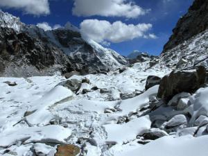 Spękany lodowiec.Tą drogą schodzimy z przełęczy Cho La do wioski Dzongla.Pod śniegiem, ukryty jest lód, można wywinąć niezłego orła, drobimy zatem kroczki jak japońska Gejsza