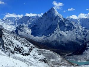 Cudowna panorama Himalajów, jaka ukazała się naszym oczom po zejściu z przełęczy Cho La.W środku Ama Dablam (6856 m n.p.m.), najpiękniejsza góra świata