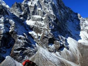 Do wioski Dzongla tym samym szlakiem wędrują tragarze. Ładunek, który niosą jest bardzo ciężki (ok.35-40kg).Jeszcze raz to powiemy, nadludzie