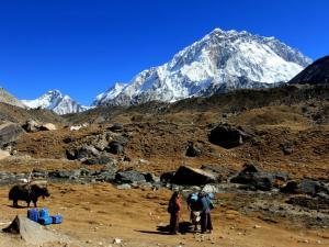 Nad wioską Lobuche góruje Mera (5820 m n.p.m.)Tu odpoczniemy przed kolejnym dniem trekkingu pod górkę