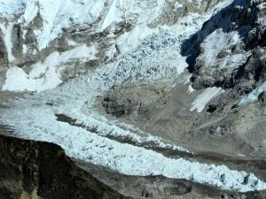 Khumbu Ice fall (lodospad).Stanowi jeden z najtrudniejszych etapów w drodze na Everest.Lodospad porusza się szybko i mogą się od niego odrywać nawet 12 metrowe bloki litego lodu.To bardzo niebezpieczne miejsce.