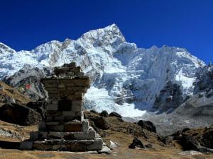 Czorten m.in.Douga Hansena, alpinisty, który zginął na Evereście w 1996 r.Tego samego dnia zginęło jeszcze 7 innych osób.Tragedia ta uważana jest za jedną z największych w historii tej góry