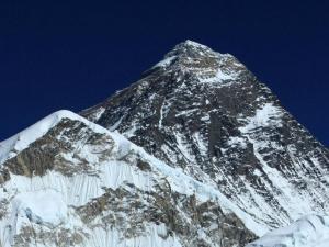 Mt.Everest (8848m),najwyższa góra świata.Po tybetańsku Czomolungma–Bogini Matka Ziemi,po nepalsku Sagarmatha–Czoło Nieba.Nazwa Everest pochodzi od nazwiska Sir George'a Everesta, geodety i kartografa