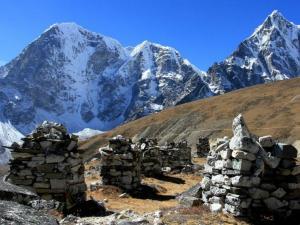 Czorteny sherpów, którzy zginęli w rejonie Everestu.To miejsce robi na nas ogromne wrażenie.Cmentarzysko bez ciał.Wstrząsające jak wielu już tu zginęło