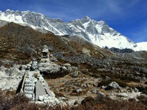 Południowa ściana Lhotse (8516 m).Od podstawy kotła do szczytu to 4km pionowej ściany.Cytując himalaistę Ryszarda Pawłowskiego-To legenda.Ściana marzenie.Kto ją zdobędzie będzie nieśmiertelny.Zdobyta (z tlenem) do tej pory tylko raz - w 1990 roku przez ekspedycję rosyjską.