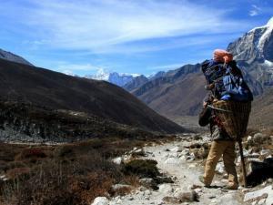 Tragarz na szlaku do Dingboche.Ciężary, które noszą tu tagarze, wzbudzają nasz podziw i szacunek