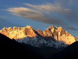 Południowa ściana Lhotse o zachodzie słońca