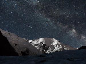 Sierpień - Droga Mleczna widziana z namiotu u stóp Mont Blanc