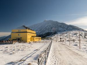 """Widok na Śnieżkę, po lewej zaś """"Dom Śląski"""""""
