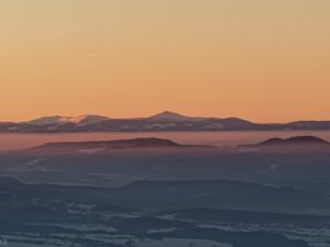 Piękny widok na pasmo Karkonoszy, oraz jej najwyższy szczyt: Śnieżkę
