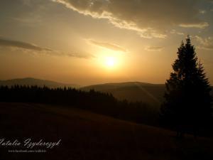 Wschód słońca spod schroniska na Turbaczu