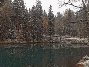 Błękitne Jeziorko w Rudawach Janowickich w mniej oczywistych tłach.