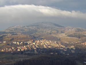 Boguszów-Gorce pod płaszczem z chmur - widok z Łysego Drzewa.