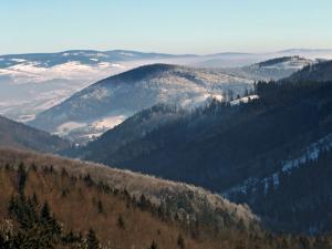 Dolina Złotej Wody z górami Sowimi daleko w tle.