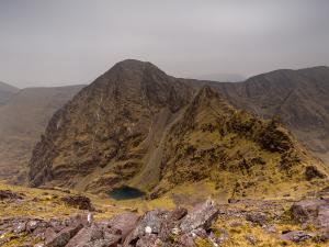 Widok z drugiego co do wysokości szczytu Irlandii - Binn Chaorach (1010 m).