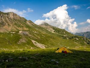 Namiot rozbijamy w uroczym zakątku, choć nasze dobre samopoczucie nieco mąci towarzystwo...