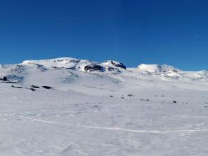 Od lewej Søre Kongsnuten, Blåisen, Nordre Kongsnuten, Middalen i Bukkeskinnshjellane.