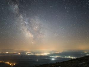 Droga Mleczna widziana z Babiej Góry, po lewej stronie pasmo Tatr
