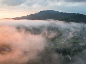 Wschód słońca i w tle najprawdopodobniej góra Chełm