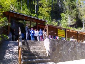 Wejście do Jaskini Bielańskiej.