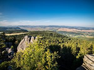 Widok na Broumovske stěny, Martinkovice oraz Radków.