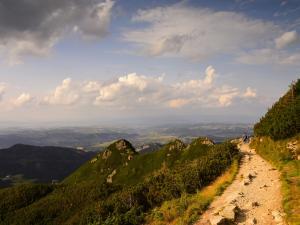 Góry, chmurki i droga.
