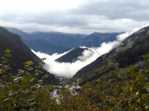 Mgły nad Arinsal, gdzie zaczyna się szlak na najwyższy szczyt Andory