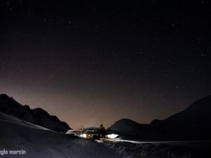Schronisko w Dolinie Pięciu Stawów w nocy