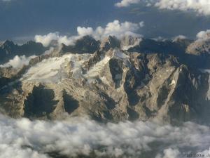 Lecąc nad Alpami bez trudu rozpoznaję masyw Marmolady w Dolomitach.