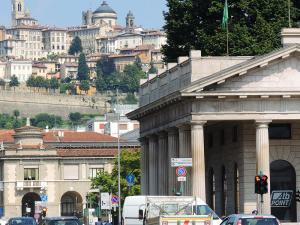 """Na lotnisku wypakowuję oraz skręcam rower i jadę przez """"dolną"""" starówkę Bergamo (Città Bassa)."""