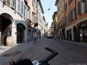 Kieruję się ku widocznej górnej części miasta Bergamo (Città Alta).