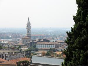 """Widok na wieżę Bazyliki Sante Alessandro in Colonna w """"dolnym"""" Bergamo."""