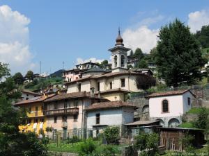 Po południu wyruszam w góry, a po drodze podziwiam zabudowę tutejszych miasteczek.