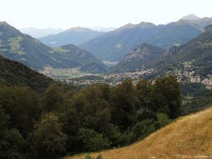 W końcu wjeżdżam na przełęcz Passo Culmine San Pietro (1258 m). Widać stąd zabudowania Cassina Valsassina, a zarazem dalszą część mojej trasy.