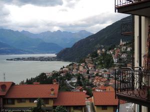 Wieczorem docieram nad słynne Lago di Como. Taki widok z balkonu mają niektórzy mieszkańcy Bellano.