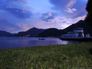 Późnym wieczorem docieram na kemping w Dervio, z którego mam taki widoczek na jezioro Como.