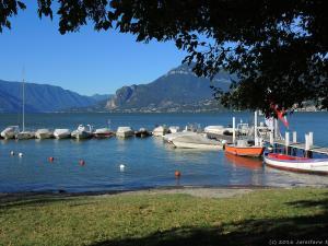 Lago di Como o poranku. Dzisiejszy dzień zapowiada się słoneczny i upalny.