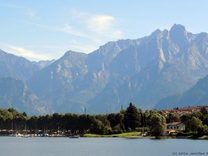 Jadąc na północ wzdłuż wybrzeża jeziora Como podziwiam coraz bliższe wierzchołki Alp. Tu widać Sasso Manduino (2888 m).