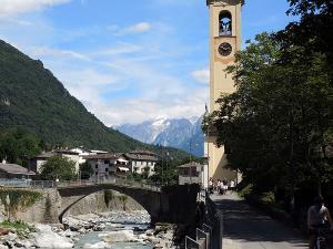 Kościół San Martino in Aurogo we włoskiej miejscowości Piuro, a w dali już Szwajcaria.