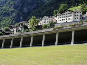 Wjeżdżam do Szwajcarii i podziwiam graniczną miejscowość Castasegna. Szosa biegnie tu w tunelu, aby mieszkańcy mieli ciszę.