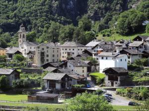 Kolejne miasteczko Szwajcarii - Bondo. Znane jest wśród wspinaczy, bo stąd rusza się pod lite ściany Piz Badile.
