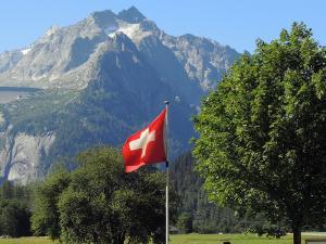 Po noclegu na leśnej polanie czas na dalszą jazdę przez Szwajcarię.