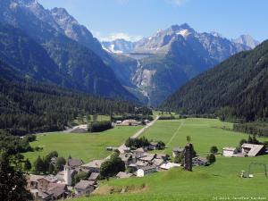 Za sobą zostawiam dolinę Bregaglia z jej górami (na foto) i przez łąki kieruję się w stronę Sankt Moritz.