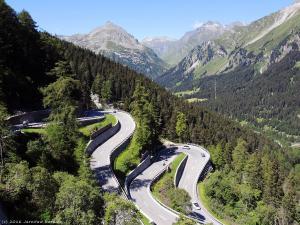 Aby oglądać kolejne cuda szwajcarskiej przyrody, musiałem serią serpentyn wjechać na przełęcz Malojapass (1815 m).