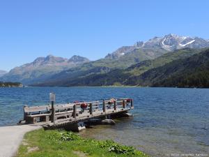 Zaraz za przełęczą Malojapass (1815 m) znajduje się górskie jezioro - Lago di Sils.