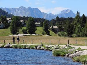 Tu ścieżka rowerowa prowadzi wzdłuż brzegu jeziora, które znajduje się na wysokości ok. 1800 m n.p.m.