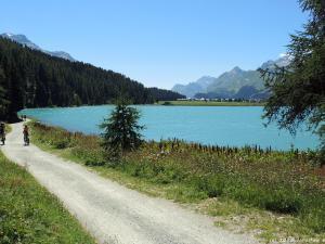 Zjeżdżam z powrotem do szutrówki w dolinie i teraz jadę wzdłuż jeziora Silvaplanersee.